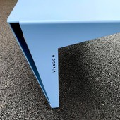 Gilberte! La voici, enveloppée dans son manteau Bleu Pigeon, couleur d'appoint pour votre design intérieur. Le Bleu Pigeon respire un sentiment de confiance, de sagesse et de sérénité. Hâte de l'accessoiriser de magazines déco et tasse de thé pour un hiver cocooning! 📚 ☕ 🎄 • • • • #blaqandco #france #tablebasse #design #decorationinterieur #instahome #ideat #colors