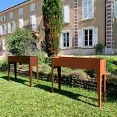 Deux de nos jardinières Lucienne presque en situation ! Un peu nue sans plante la garnissant mais on commence à se projeter 🌸💐🌷🌼 Lucienne est fabriquée en Saône&Loire et peinte en Rhône Alpes ! • • • • #blaqandco #design #nouvellecollection #local #interiordesign #behindthescene #jardin #madeinfrance #garden #plantingdesign #mobilier